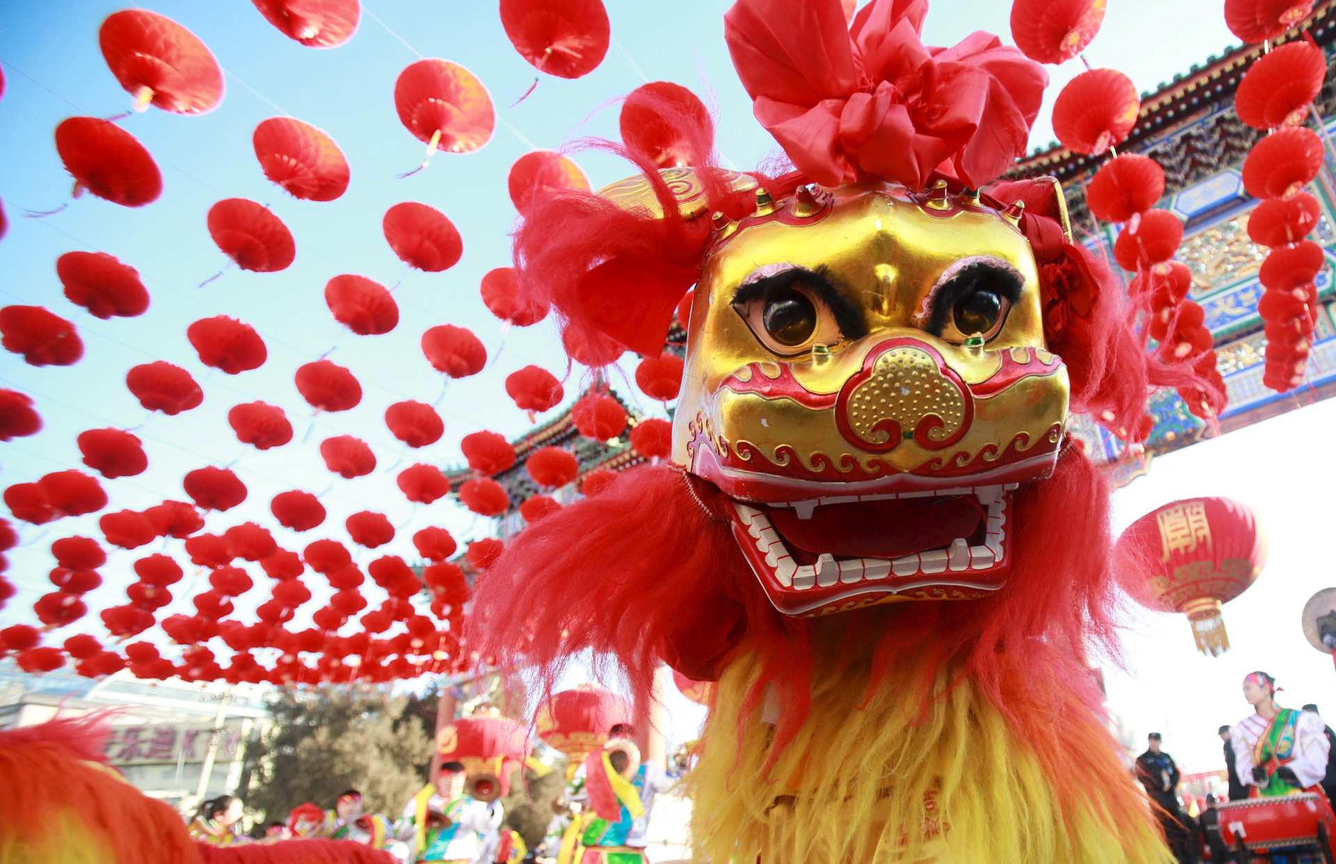 Traditional dancers perform the lion dance during the opening ceremony of a temple fair in Ditan Park at the beginning of Chinese Lunar New Year in Beijing, China, February 8, 2016. REUTERS/Stringer ATTENTION EDITORS - THIS PICTURE WAS PROVIDED BY A THIRD PARTY. THIS PICTURE IS DISTRIBUTED EXACTLY AS RECEIVED BY REUTERS, AS A SERVICE TO CLIENTS. CHINA OUT. NO COMMERCIAL OR EDITORIAL SALES IN CHINA. - RTX25WUQ