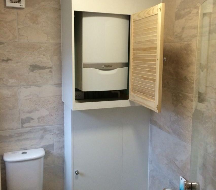 Как спрятать бойлер в туалете